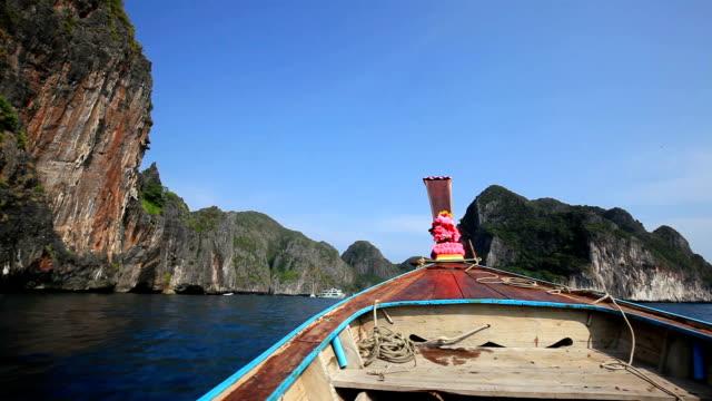 kreuzfahrt in richtung maya bay - insel phi phi le stock-videos und b-roll-filmmaterial