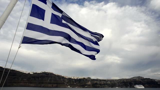 kreuzfahrt in der griechischen inseln - griechische flagge stock-videos und b-roll-filmmaterial
