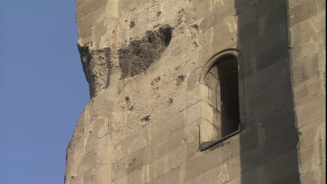 a crumbled corner of the kaiser wilhelm memorial church is seen close up. - カイザー・ヴィルヘルム記念教会点の映像素材/bロール