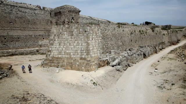 crusader walls, rhodes city, rhodes island, greece - insel rhodos inselgruppe dodekanes stock-videos und b-roll-filmmaterial