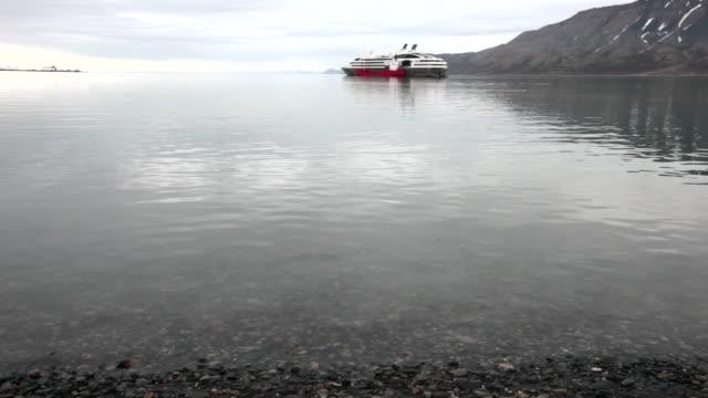 stockvideo's en b-roll-footage met a cruse ship at the port of on longyearbyen on adventfjorden, spitsbergen, svalbard archipelago - voor anker gaan