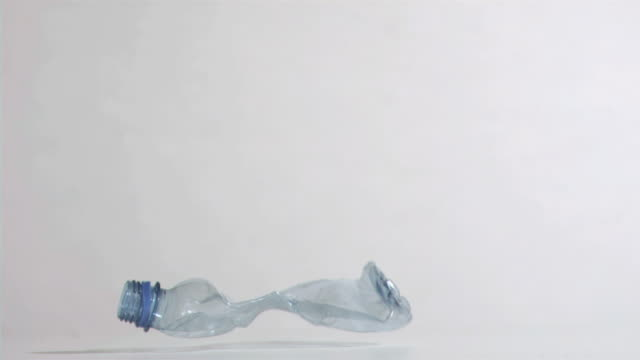 vídeos y material grabado en eventos de stock de crushed bottle in super slow motion falling - botella