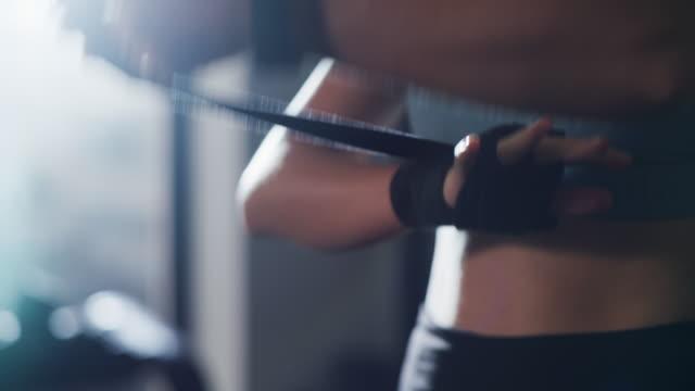 vídeos de stock e filmes b-roll de crushing her fitness goals - treinar