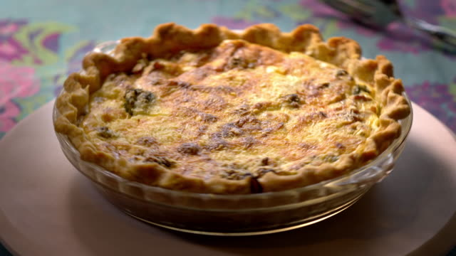 vidéos et rushes de crusty and rich quiche right out of the oven. - anorexie nerveuse