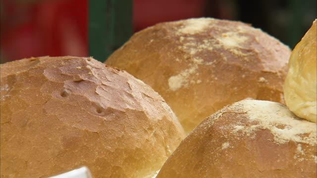 crusty bread up close - 荒い麻布点の映像素材/bロール