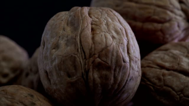 stockvideo's en b-roll-footage met knapperige walnoot - notendop