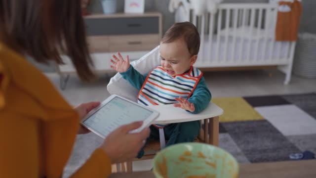 vidéos et rushes de bébé pleurant refusant de manger la nourriture sans dessin animés - contrarié