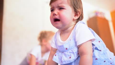 vidéos et rushes de bébé pleurant dans la salle de jeu - contestant