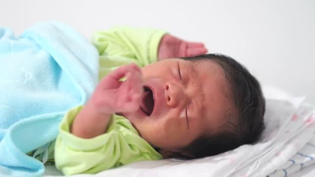 赤ちゃんの泣く - 男の赤ちゃん一人点の映像素材/bロール