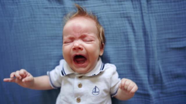 gråtande nyfött barn i koliksmärta - endast en pojkbaby bildbanksvideor och videomaterial från bakom kulisserna