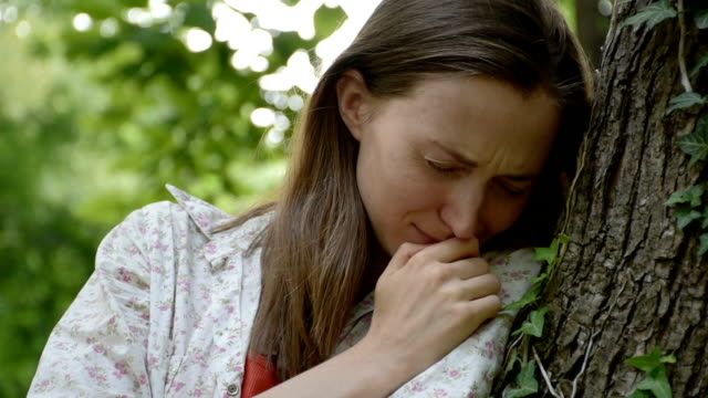 vídeos de stock e filmes b-roll de crying young woman, close-up - luto