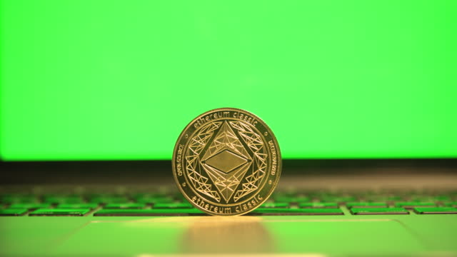 cryptocurrency ethereum in front a computer laptop green screen close up - イーサリアム点の映像素材/bロール
