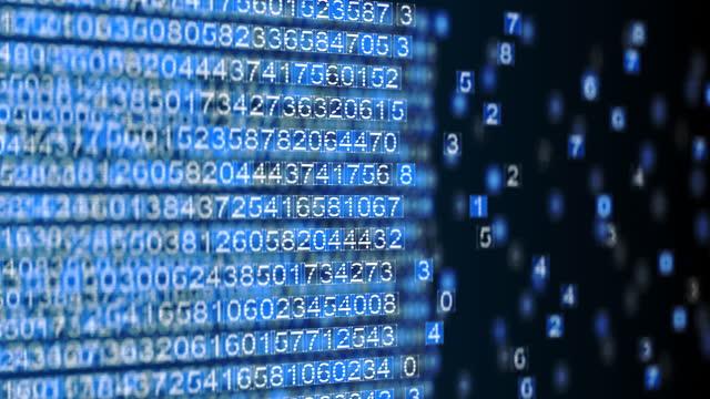 trasferimento di denaro criptovaluta attraverso il cyberspazio, il file viene scaricato e memorizzato tramite video esadecimale del sistema di sicurezza di rete crittografato - testo video stock e b–roll