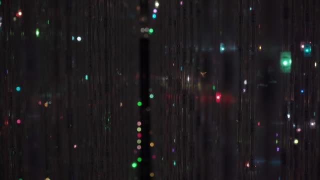 vídeos de stock, filmes e b-roll de decoração de cristal pendurada com luz - candelabro