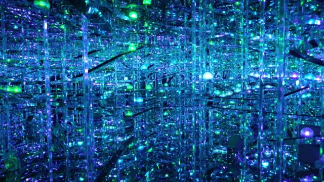 vidéos et rushes de décoration de cristal s'accrochant à la lumière - sphère