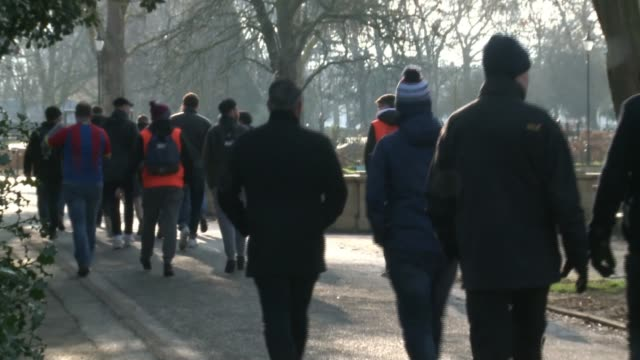 vidéos et rushes de crystal palace and fulham fans walk together to raise awareness for suicide prevention uk london crystal palace and fulham fans with banners for... - suicide