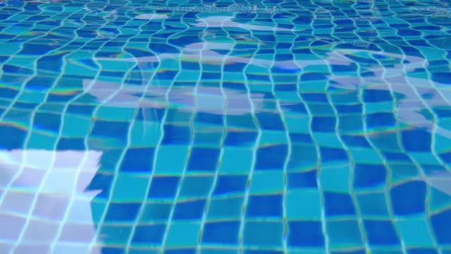 vídeos de stock e filmes b-roll de crystal water in the swimming pool - água parada