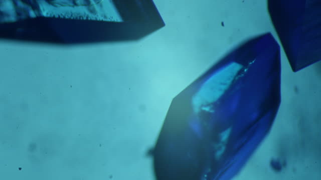 crystallizing copper sulphate 4 k - kristalle stock-videos und b-roll-filmmaterial
