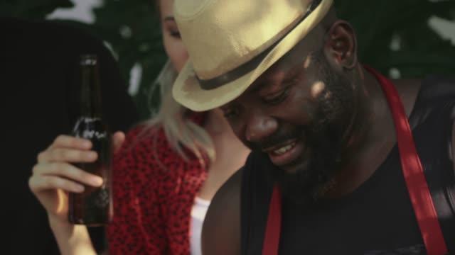 cu: 自然の中でバーベキューパーティーをしている友人 - party hat点の映像素材/bロール
