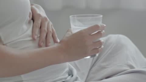 vídeos y material grabado en eventos de stock de cu : mujer embarazada bebiendo leche - leche
