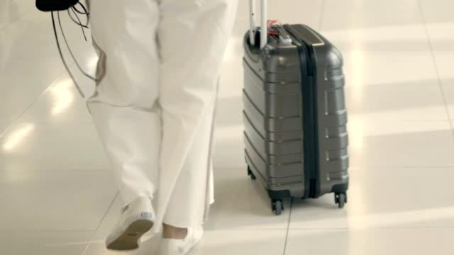 cu: walking am flughafen-terminal - schuhwerk stock-videos und b-roll-filmmaterial