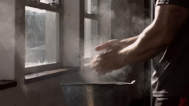 cu_man pudern hände mit magnesium vor gewichtheben - sich verschönern stock-videos und b-roll-filmmaterial