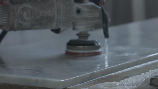vídeos de stock, filmes e b-roll de cu_worker polishing marble slab at factory - lixadeira