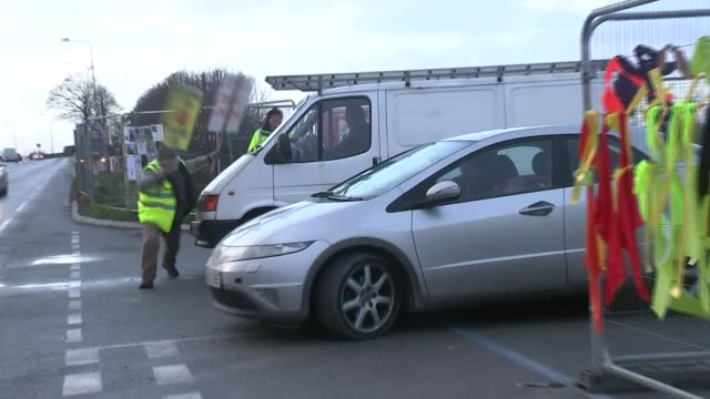 cuadrilla calls for fracking rules to be relaxed; england: lancashire: ext anti-fracking protester trying to block the way of van and car outside... - protesta anti fracking video stock e b–roll