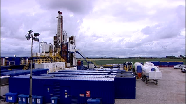Cuadrilla claim UK underground gas find ENGLAND Lancashire near Blackpool Banks EXT Cabbage field with Cuadrilla oil drilling site and equipment in...