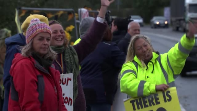 cuadrilla to begin fracking in lancashire after legal challenge fails; england: lancashire: ext anti-fracking protesters waving as car driving past... - personal land vehicle stock videos & royalty-free footage