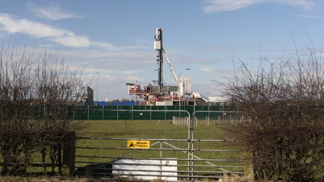 cuadrilla's drilling rig at the preston new road fracking site, lancashire, uk. - fracking stock videos and b-roll footage
