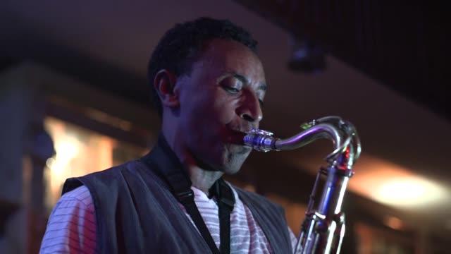 cuando el fuego destruyo el club de jazz mas famoso de la capital de etiopia la efervescente escena musical local se quedo huerfana - corno d'africa video stock e b–roll