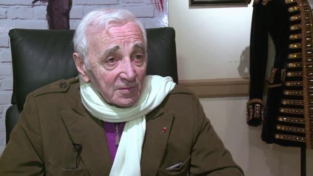 cuando uno es feliz no se siente cansado voiced el regreso de charles aznavour on april 08 2012 in new york new york - cansado stock videos & royalty-free footage