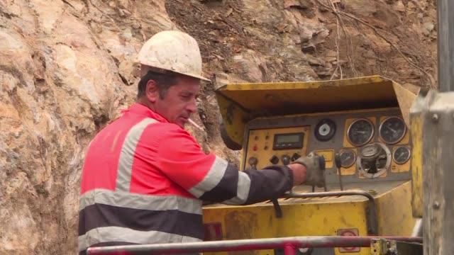cuanto mas excavamos mas encontramos se alegra david archer junto a una grua que perfora la roca granitica de los montes del norte de portugal para... - roca video stock e b–roll