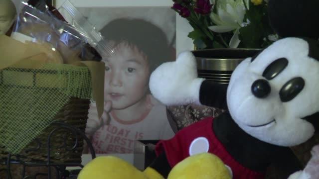 stockvideo's en b-roll-footage met cuatro anos despues del devastador tsunami de japon un padre sigue buscando el cuerpo de su pequeno hijo - padre