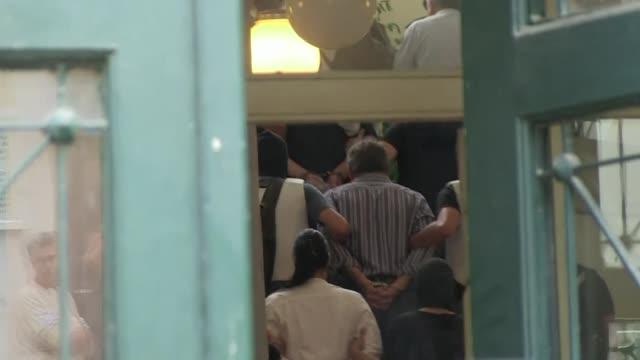 vídeos y material grabado en eventos de stock de cuatro diputados del partido neonazi griego amanecer dorado fueron inculpados el miercoles por pertenencia a banda criminal por un tribunal que... - libertad condicional