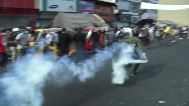 vídeos de stock e filmes b-roll de cuatro manifestantes murieron el jueves en bagdad en choques con las fuerzas de seguridad que continuan su represion a pesar de las presiones... - para choques