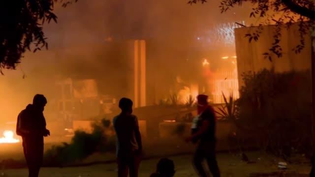 cuatro manifestantes murieron por disparos de la policía cuando se manifestaban frente al consulado irani en kerbala en el sur de irak donde siguen... - iraq stock videos & royalty-free footage