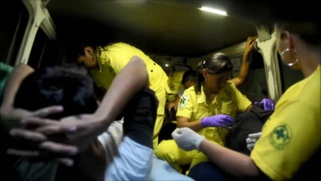 Cuatro mujeres voluntarias de Comandos de Salvamento acuden en una vieja ambulancia a auxiliar personas en las peligrosas calles de El Salvador uno...