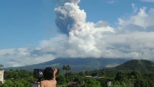 cuatro personas tres turistas alemanes y el guia filipino que los acompanaba murieron el martes en la repentina erupcion del volcan mayon uno de los... - guia stock videos & royalty-free footage