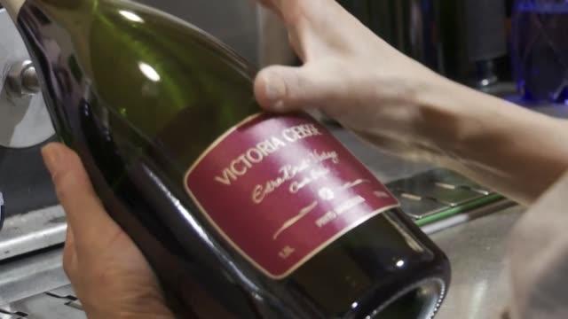 stockvideo's en b-roll-footage met cuatro removedores giran a mano centenares de botellas en la penumbra de una cava - agricultura