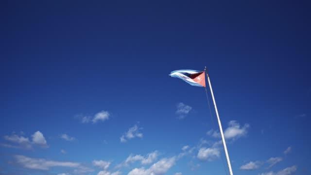 vidéos et rushes de drapeau de cuba ondulant sur le ciel - touche de couleur