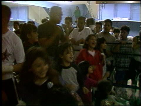 vídeos y material grabado en eventos de stock de cuba gooding jr at the gladiator punch out the feelings event at hollenbeck youth center in los angeles, california on march 6, 1992. - gladiador