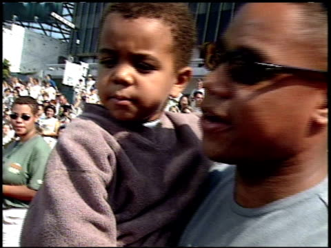 stockvideo's en b-roll-footage met cuba gooding jr at the 'tarzan' premiere at the el capitan theatre in hollywood california on june 12 1999 - 1999