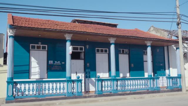 vídeos y material grabado en eventos de stock de cuba hostel colonial house casa for tourism. room for rent. baracoa cuba. establishing shot / b-roll - alojamiento y desayuno
