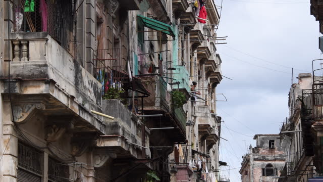 vidéos et rushes de cuba tourism: old havana weathered colonial balconies with clothes hanging for drying in the air. - sécher activité
