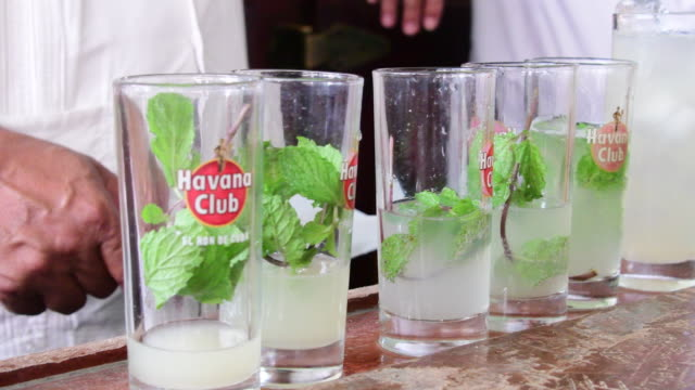 mixing mojitos cocktails in la bodeguita del medio in old havana. the bar is an iconic tourist attraction visited by millions of people every year. - キューバ点の映像素材/bロール