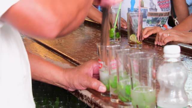 vidéos et rushes de mixing mojitos cocktails in la bodeguita del medio in old havana. the bar is an iconic tourist attraction visited by millions of people every year. - shaker