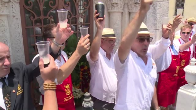 vídeos y material grabado en eventos de stock de cuban and american bartenders compete in a havana cemetery to become the daiquiri king to celebrate the 200th anniversary of the cocktail bar and... - daiquiri