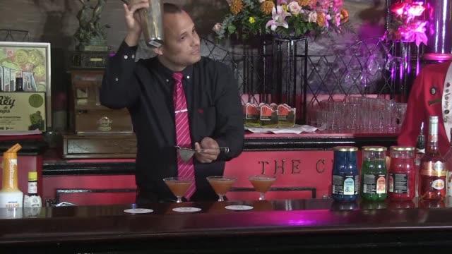 vídeos y material grabado en eventos de stock de cuban bartender adrian ravelo was crowned king of kings friday at the famous havana bar floridita cradle of the daiquiri and loved by american nobel... - daiquiri